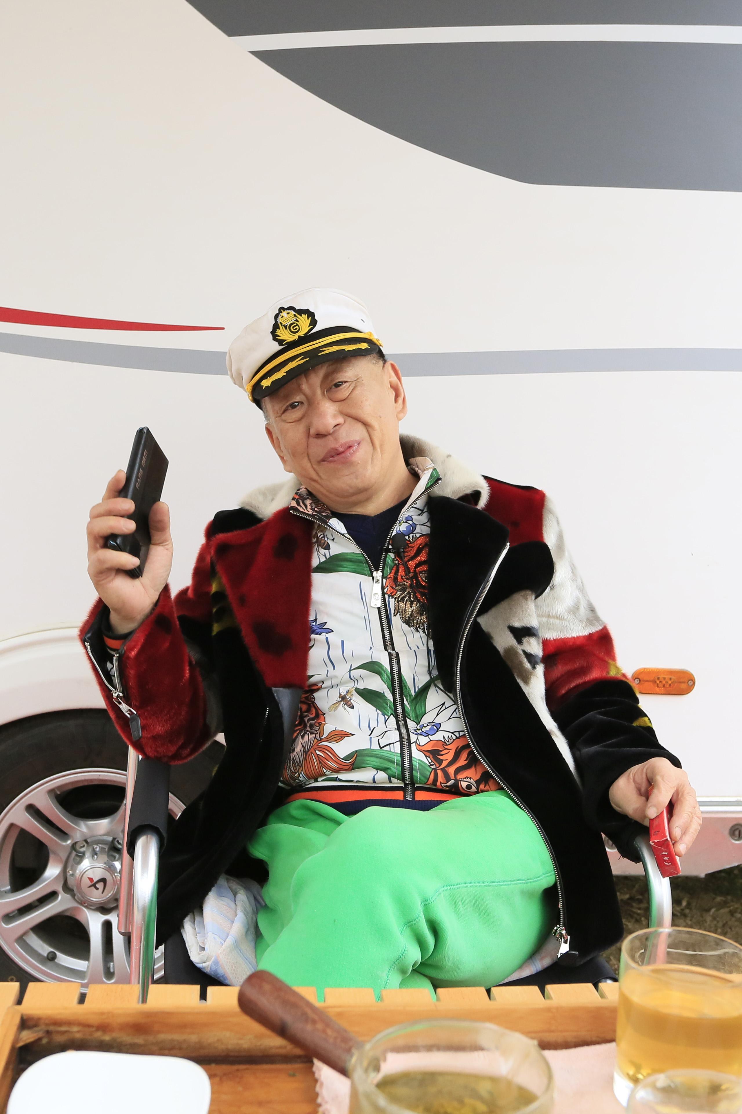 北京大哥一人开C型车还带一辆拖挂房车,心态好身体棒,爱交朋友